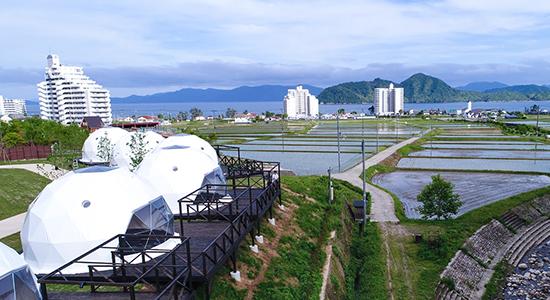 テント越しの海